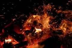 Feche acima dos carvões ardentes com as faíscas que voam no ar fotografia de stock royalty free