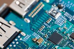 Feche acima dos componentes eletrônicos no cartão-matriz, microplaqueta de microprocessador foto de stock royalty free