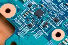 Feche acima dos componentes eletrônicos no cartão-matriz, microplaqueta de microprocessador imagem de stock royalty free