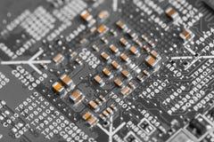 Feche acima dos componentes eletrônicos no cartão-matriz, microplaqueta de microprocessador foto de stock
