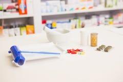 Feche acima dos comprimidos e do almofariz Fotografia de Stock