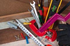 Feche acima dos conceitos das ferramentas de funcionamento, ferramentas do hardware da construção da carpintaria na caixa Grupo d Foto de Stock Royalty Free