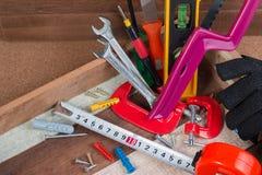 Feche acima dos conceitos das ferramentas de funcionamento, ferramentas do hardware da construção da carpintaria na caixa Grupo d Imagem de Stock Royalty Free