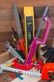 Feche acima dos conceitos das ferramentas de funcionamento, ferramentas do hardware da construção da carpintaria na caixa Grupo d Foto de Stock