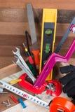 Feche acima dos conceitos das ferramentas de funcionamento, ferramentas do hardware da construção da carpintaria na caixa Grupo d Imagem de Stock