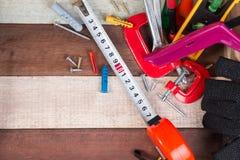 Feche acima dos conceitos das ferramentas de funcionamento, ferramentas do hardware da construção da carpintaria na caixa Grupo d Imagens de Stock