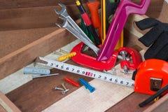 Feche acima dos conceitos das ferramentas de funcionamento, ferramentas do hardware da construção da carpintaria na caixa Grupo d Fotos de Stock Royalty Free