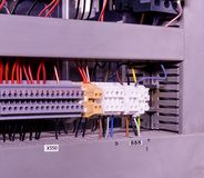 Feche acima dos conectores ou do bloco de terminais da fiação para eletrônico industrial imagens de stock