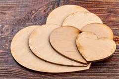 Feche acima dos corações de madeira para o decoupage Imagens de Stock