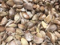 Feche acima dos cravos-da-índia de alho no mercado para cozinhar imagem de stock