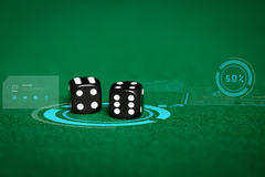 Feche acima dos dados pretos na tabela verde do casino fotografia de stock royalty free