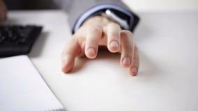 Feche acima dos dedos de golpe da mão do homem de negócios vídeos de arquivo