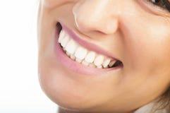 Feche acima dos dentes e dos bordos da mulher Fotografia de Stock
