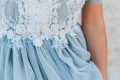 Feche acima dos detalhes em um claro - vestido de casamento azul imagem de stock