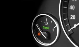 Feche acima dos detalhes interiores de um painel do carro moderno Nível de combustível Motor diesel Imagens de Stock