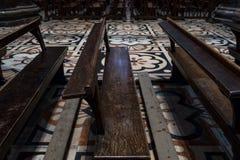 Feche acima dos di internos tomados foto Milão de Milan Cathedral/domo de bancos de madeira e do assoalho ornamentado fotografia de stock