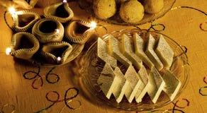 Feche acima dos doces e das lâmpadas indianos de Diwali Fotos de Stock Royalty Free
