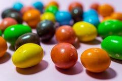 Feche acima dos doces redondos no fundo cor-de-rosa Imagem de Stock Royalty Free