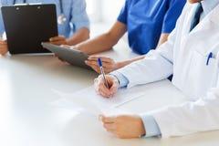 Feche acima dos doutores felizes no seminário ou no hospital Imagens de Stock Royalty Free