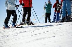 Feche acima dos esquiadores no piste fotografia de stock royalty free