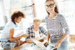 Feche acima dos estudantes ocupados que estudam na sala fotografia de stock royalty free