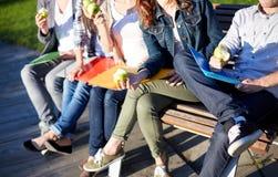 Feche acima dos estudantes que comem maçãs verdes Fotografia de Stock Royalty Free
