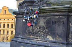 Feche acima dos fechamentos da promessa do amor em Charles Bridge em Praga, República Checa Foto de Stock Royalty Free