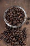 Feche acima dos feijões de café em capaz de madeira velho Imagens de Stock Royalty Free