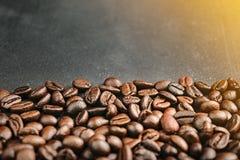 Feche acima dos feijões de café no fundo preto, espaço coppy Imagens de Stock Royalty Free