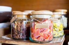 Feche acima dos frascos com frutos secados no mantimento Imagem de Stock