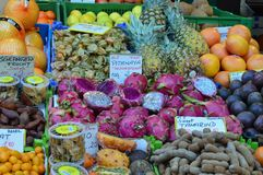 Feche acima dos frutos exóticos da vista para a venda Naschmarkt Viena Foto de Stock