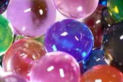 Feche acima dos grânulos coloridos da água Imagens de Stock