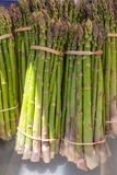 Feche acima dos grupos do aspargo verde fresco foto de stock royalty free