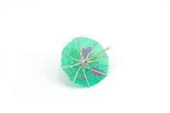 Feche acima dos guarda-chuvas azuis do cocktail no fundo branco imagem de stock royalty free