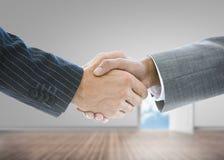 Feche acima dos homens de negócios que agitam as mãos Imagem de Stock