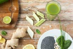 Feche acima dos ingredientes de alimento super na tabela de madeira Foto de Stock