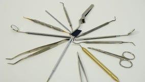 Feche acima dos instrumentos dentais video estoque