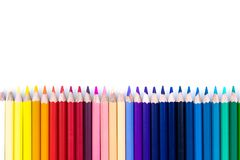 Feche acima dos lápis coloridos sem emenda enfileiram isolado no fundo branco Lápis coloridos com espaço da cópia para seu texto Imagem de Stock