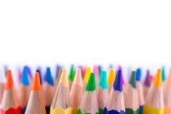 Feche acima dos lápis coloridos sem emenda enfileiram isolado no fundo branco Lápis coloridos com espaço da cópia para seu texto Fotos de Stock Royalty Free