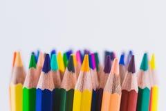 Feche acima dos lápis coloridos sem emenda enfileiram isolado no fundo branco Lápis coloridos com espaço da cópia para seu texto Foto de Stock