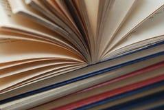 Feche acima dos livros abertos de um vintage, foco seletivo Conceito educacional imagem de stock royalty free