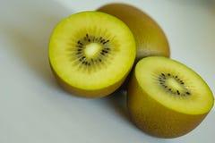 Feche acima dos meios kiwifruits cutted de Nova Zel?ndia Fundo de quivis verdes dourados frescos e suculentos para batidos saud?v foto de stock