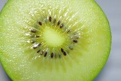 Feche acima dos meios kiwifruits cutted de Nova Zel?ndia Fundo de quivis verdes dourados frescos e suculentos para batidos saud?v fotografia de stock