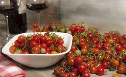 Feche acima dos mini tomates imagem de stock