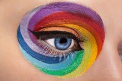Feche acima dos olhos azuis com arco-íris artístico compõem Imagens de Stock