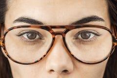 Feche acima dos olhos fêmeas com vidros Fotos de Stock Royalty Free