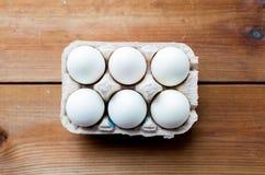 Feche acima dos ovos brancos na caixa ou na caixa de ovo Fotografia de Stock Royalty Free