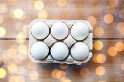 Feche acima dos ovos brancos na caixa ou na caixa de ovo Foto de Stock Royalty Free