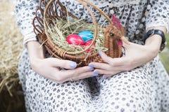 Feche acima dos ovos da páscoa coloridos em uma cesta Fotos de Stock Royalty Free