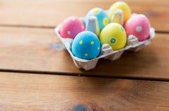 Feche acima dos ovos da páscoa coloridos na caixa de ovo Imagem de Stock